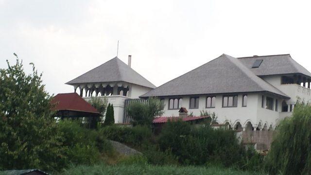 Palatul lui Olteanu, evaluat la 1 milion de euro, copiat de pe bancnota de 10 lei
